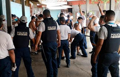 Personal en cárcel La Reforma