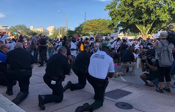 policías de miami arrodillados contra el asesinato de george floyd